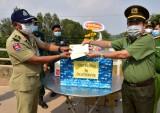 Công an tỉnh Long An tặng dụng cụ y tế cho Ty Công an PreyVeng - Campuchia