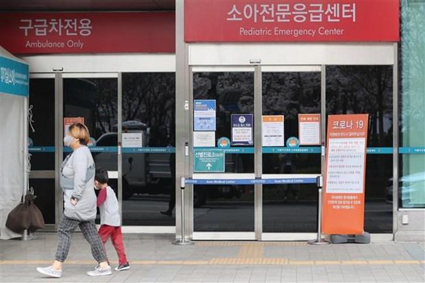 Người dân đeo khẩu trang phòng lây nhiễm COVID-19 tại Seoul, Hàn Quốc. (Ảnh: Yonhap/TTXVN)