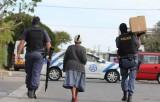 Dịch COVID-19: 1/4 người dân Nam Phi hết tiền mua thực phẩm