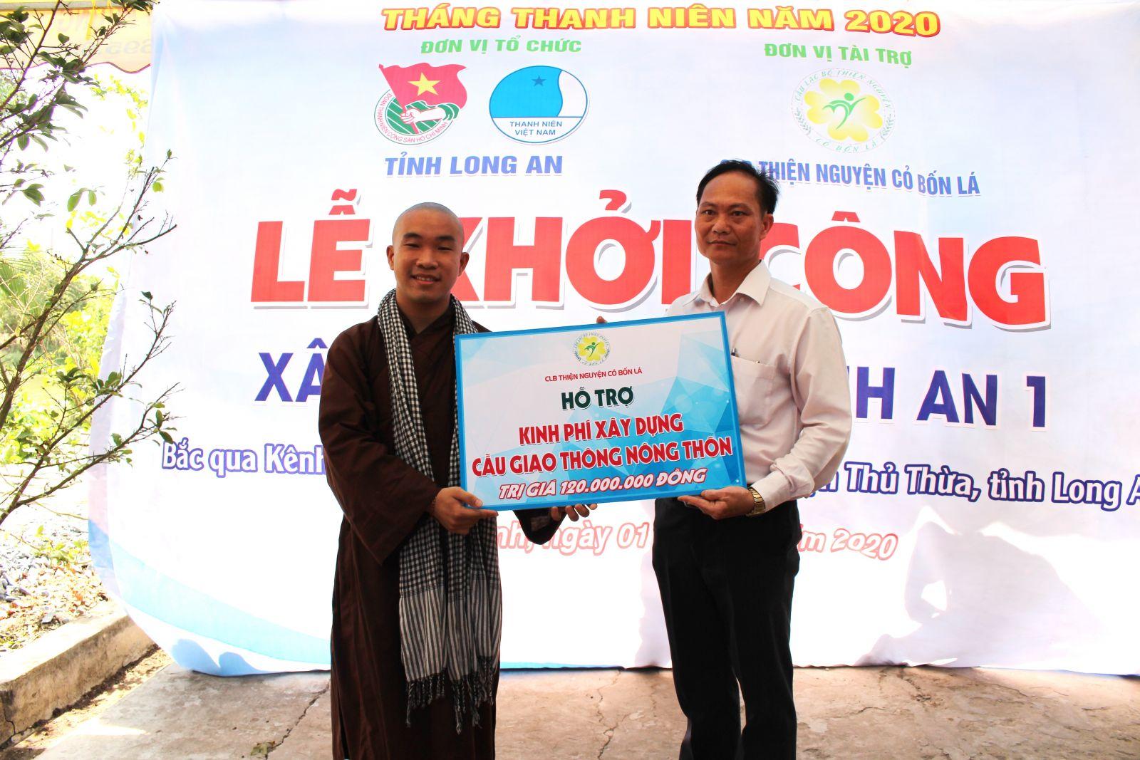 Thầy An Nhất trao tiền hỗ trợ xây cầu giao thông nông thôn Bình An 1 bắc qua kênh Ông Cả thuộc địa phận ấp 1, xã Long Thạnh, huyện Thủ Thừa