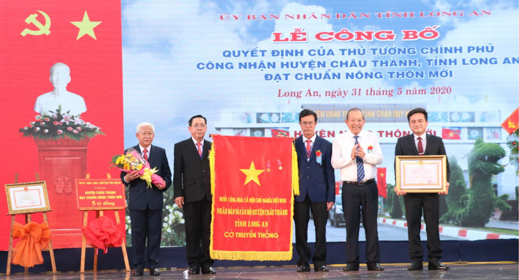 People and officials of Chau Thanh district receives the Third-class Labor Medal
