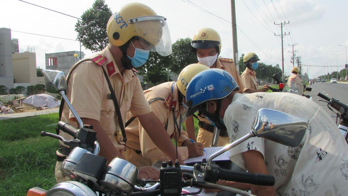 Lực lượng cảnh sát giao thông kiểm tra việc thực hiện pháp luật về an toàn giao thông