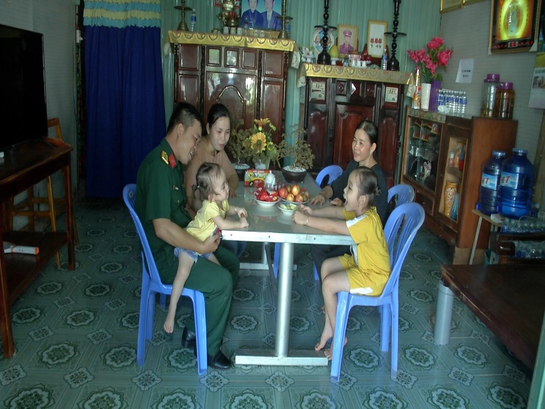 Niềm vui, hạnh phúc của gia đình Đại úy Đoàn Thanh Bình khi anh về phép