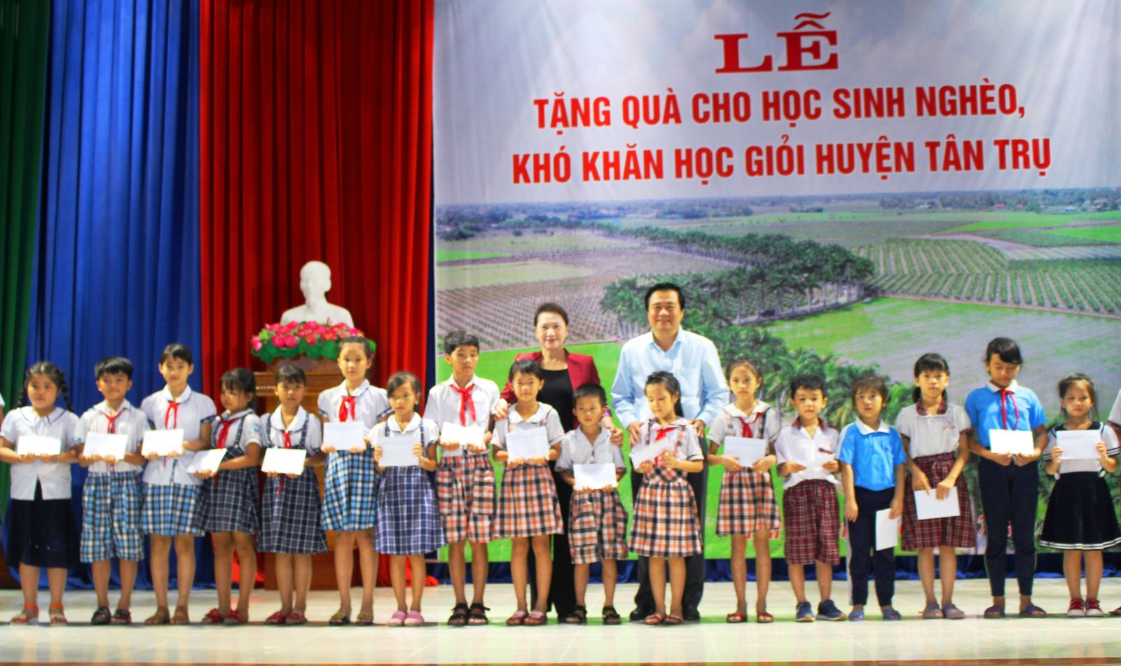 NA Chairwoman - Nguyen Thi Kim Ngan and Secretary of the Provincial Party Committee, Chairman of Provincial People's Council of Long An province - Pham Van Ranh give scholarships to students