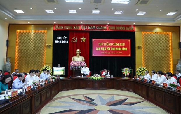 Prime Minister Nguyen Xuan Phuc (standing) at the working session with Ninh Binh authorities (Photo: VNA)