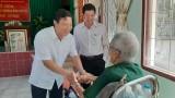 Phó Chủ tịch UBND tỉnh Long An - Phạm Tấn Hòa tặng quà thương binh nặng tại Long Đất
