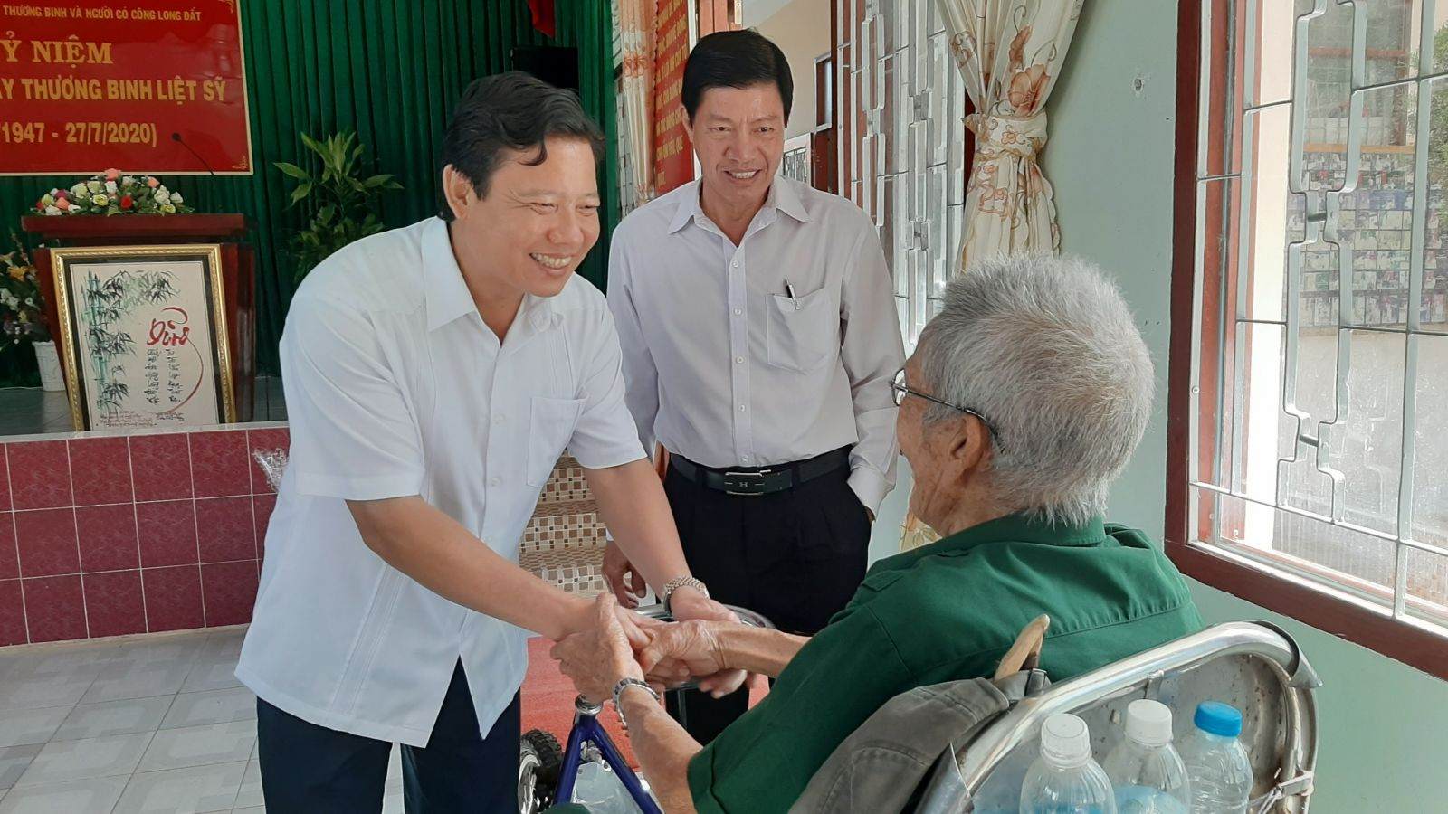 Vice Chairman of Long An People's Committee Pham Tan Hoa (L) visits and presents gifts to seriously wounded soldiers in Long Dat