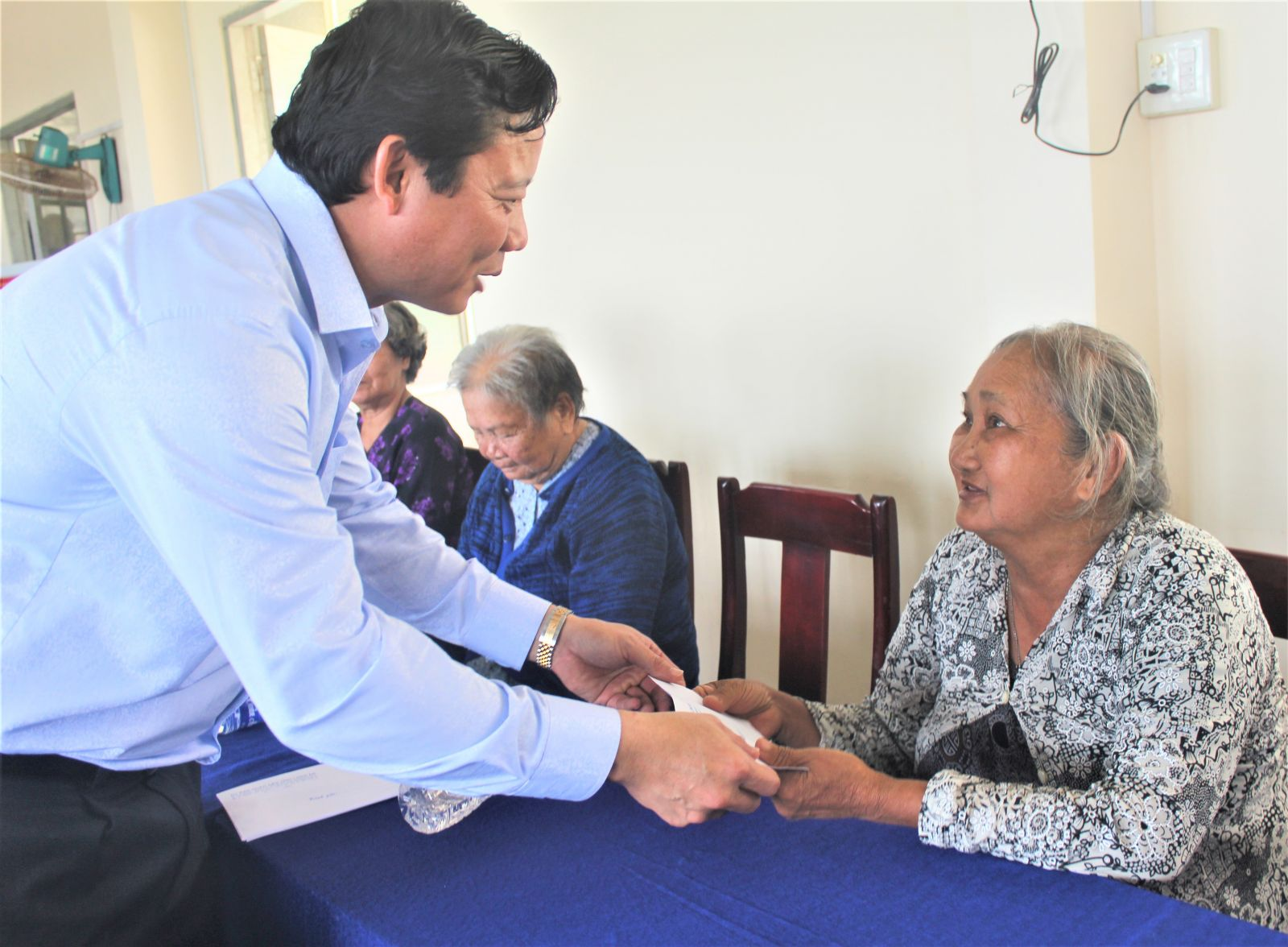 Vice Chairman of Long An People's Committee - Pham Tan Hoa presents gifts to policy beneficiary families