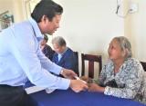 Lãnh đạo tỉnh Long An thăm, tặng quà gia đình chính sách tại xã Thừa Đức