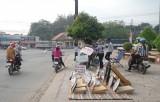 Lấn chiếm vỉa hè, lòng đường buôn bán làm gia tăng nguy cơ tai nạn giao thông