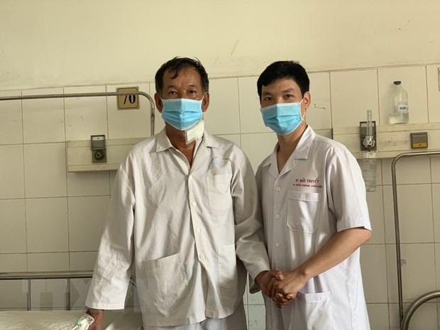 Bệnh nhân Ông Ngô Văn B (bên trái) đã khỏe mạnh. (Ảnh: TTXVN phát)