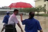 Thí sinh đội mưa đi thi trong ngày thứ 2