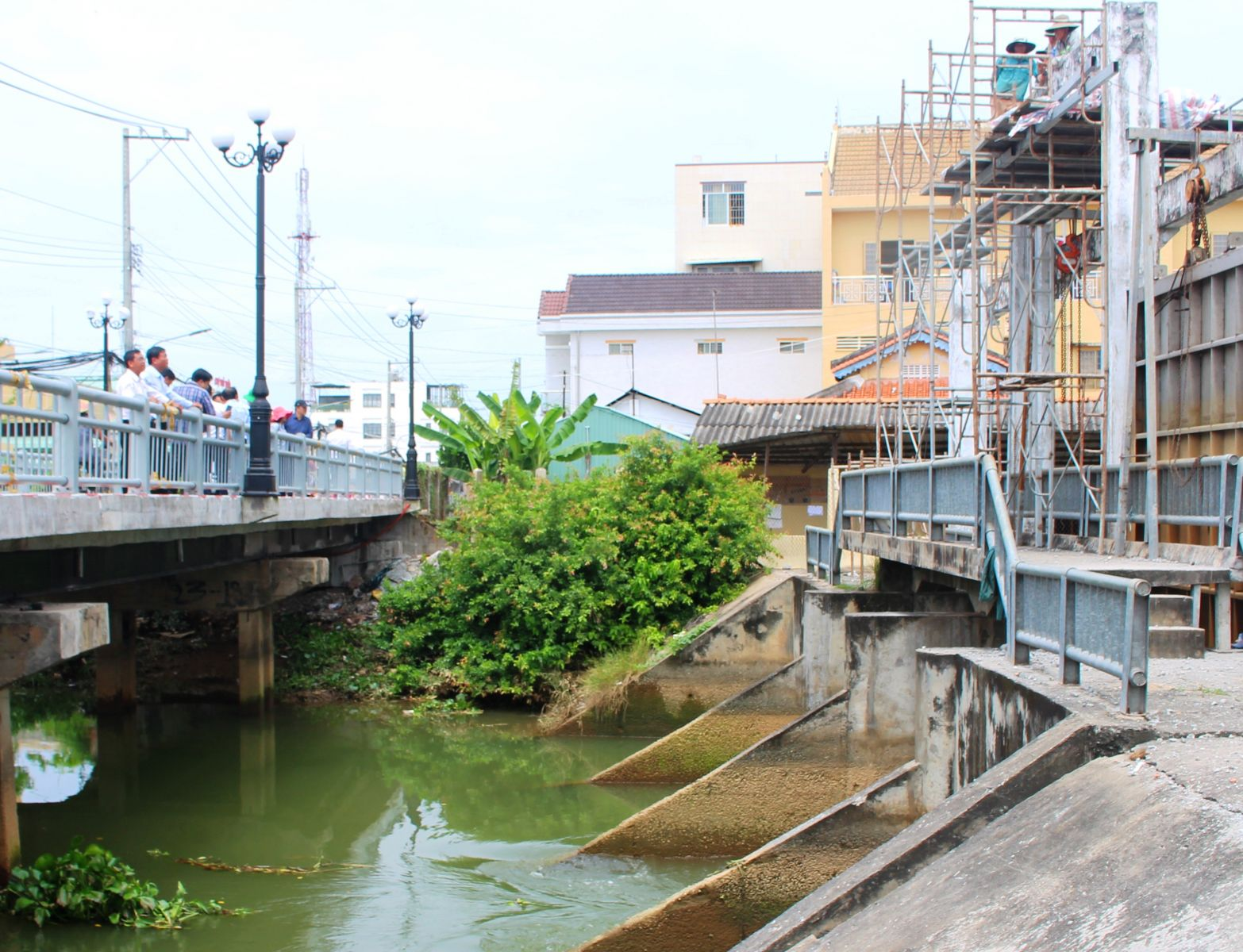 The mission inspects the actual operation of some saline prevention sluices in Thu Thua district