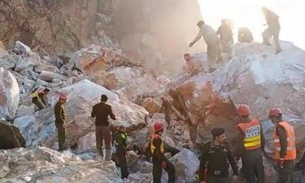 Lực lượng cứu hộ tìm kiếm nạn nhân tại hiện trường vụ sạt lở mỏ đá thuộc tỉnh Khyber Pakhtunkhwa, Tây Bắc Pakistan ngày 7/9. (Ảnh: Daily Pakistan/TTXVN)