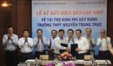 Ký kết Biên bản ghi nhớ về tài trợ kinh phí xây dựng Trường THPT Nguyễn Trung Trực