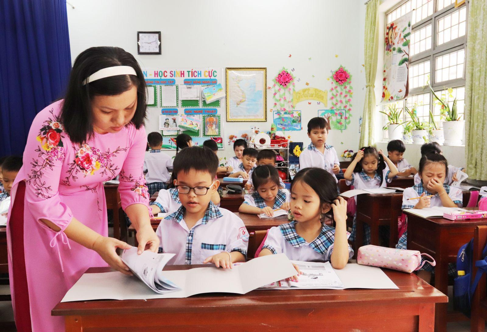 Cô Lê Thị Huỳnh Nga giảng dạy theo chương trình sách giáo khoa cải cách