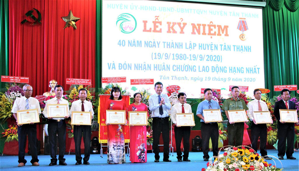 The collectives and individuals receive certificates of merit from the Provincial People's Committee for their outstanding achievements in contributing to social development
