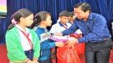Phó Chủ tịch UBND tỉnh Long An - Phạm Tấn Hòa tặng quà Trung thu cho trẻ em tại Mộc Hóa