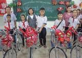 Báo Sài Gòn Giải Phóng tặng quà cho học sinh nghèo tại Đức Hòa