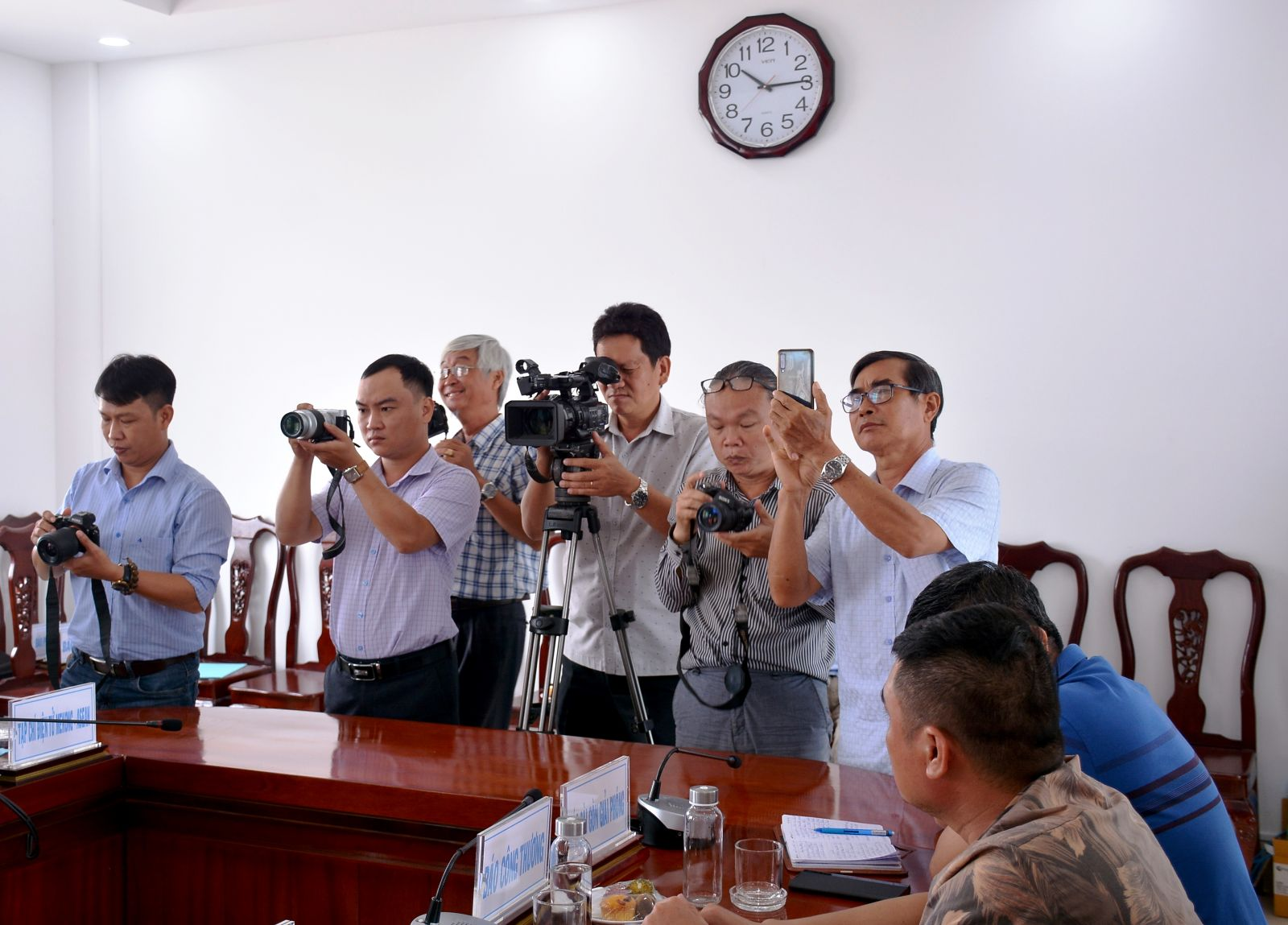 More than 50 central and local news agencies attend the press conference
