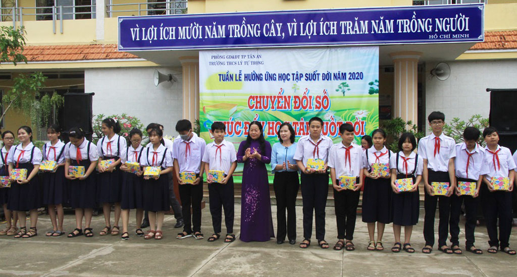 Deputy Director of the Department of Education and Training - Phan Thi Da Thao presents gifts to needy students