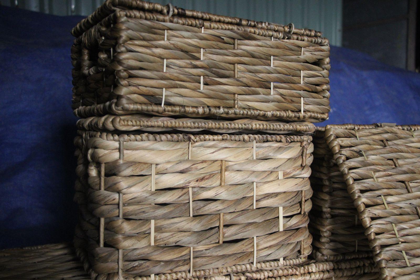 Những nhánh lục bình trôi nổi trên sông, qua bàn tay người thợ trở thành sản phẩm bền, chắc, mềm mại, được thị trường ưa chuộng