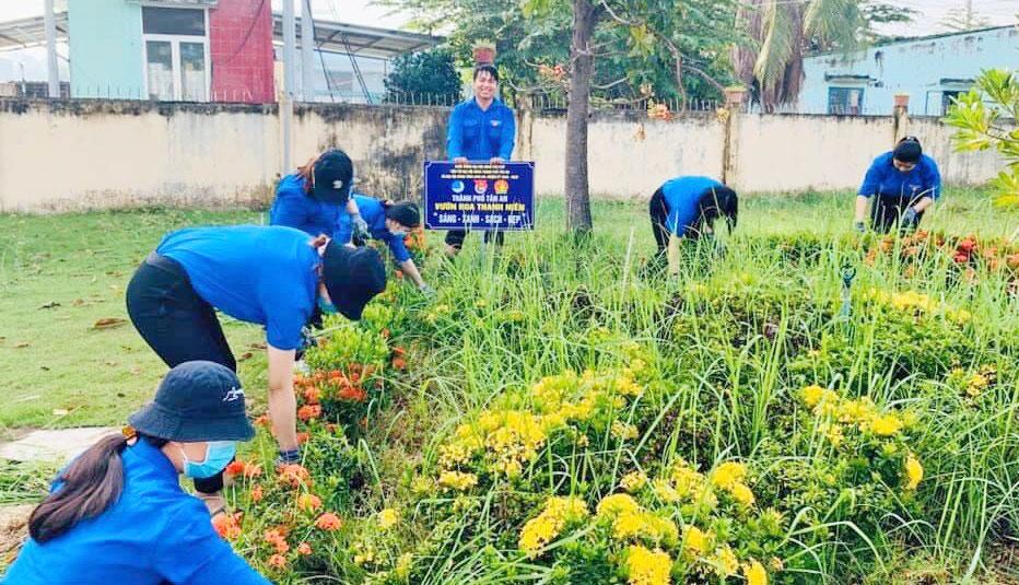 Đoàn viên, thanh niên xã Lợi Bình Nhơn hưởng ứng, tham gia xây dựng các mô hình Vườn hoa thanh niên, Ngày Chủ nhật xanh,…
