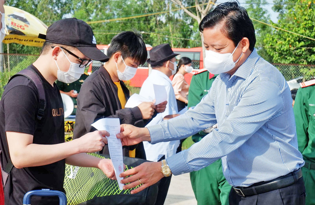 Vice Chairman of the Provincial People's Committee, Deputy Chairman of the provincial Steering Committee for preventing dangerous diseases on human - Pham Tan Hoa gives the decision to complete the quarantine period for citizens returning from the Philippines