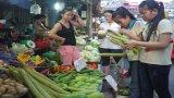 Chợ vỉa hè cho công nhân còn bất cập