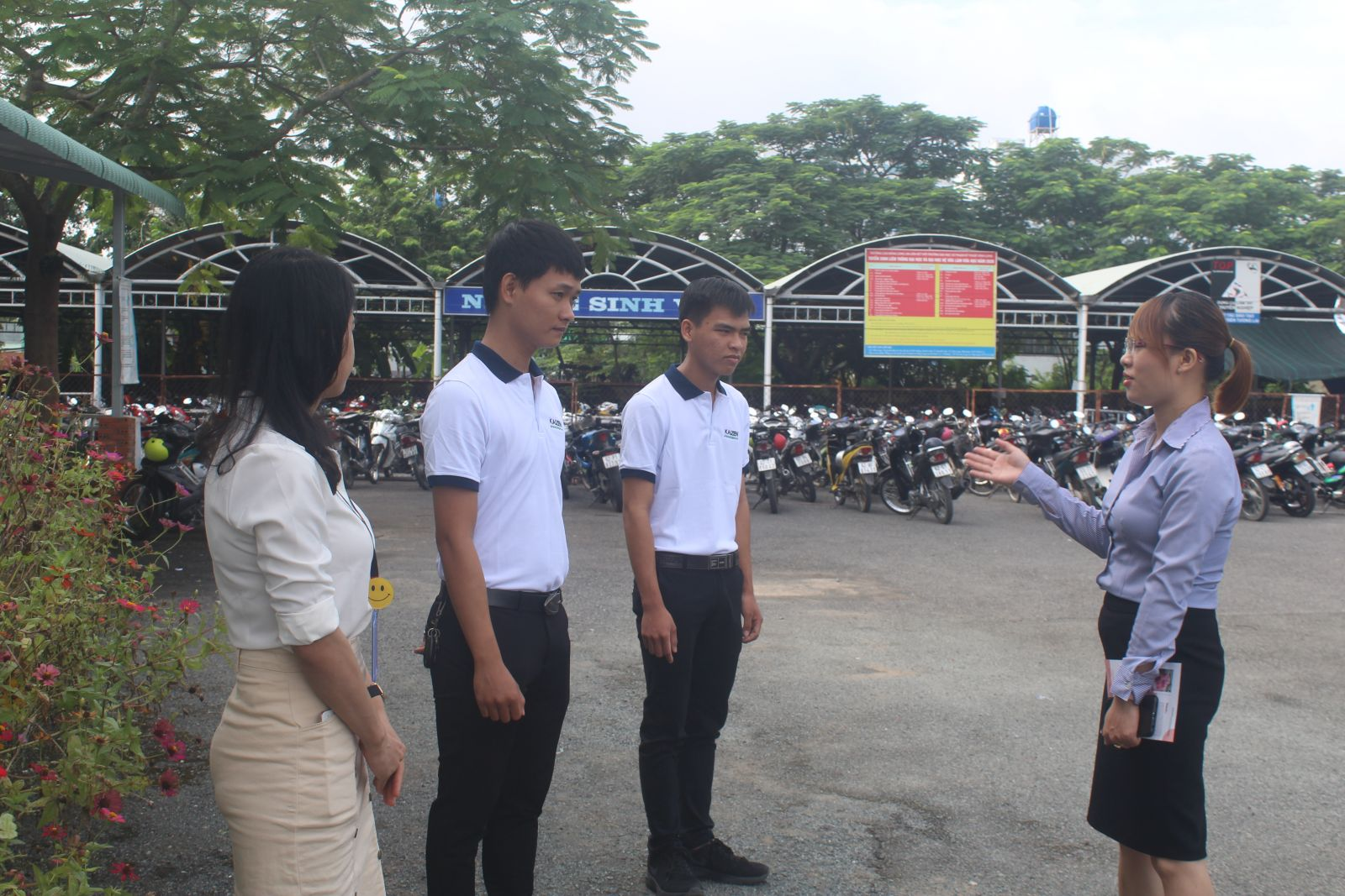 The staff of ESUHAI Co., Ltd.'s instructs the trainees of Long An College about Japanese culture and communication method