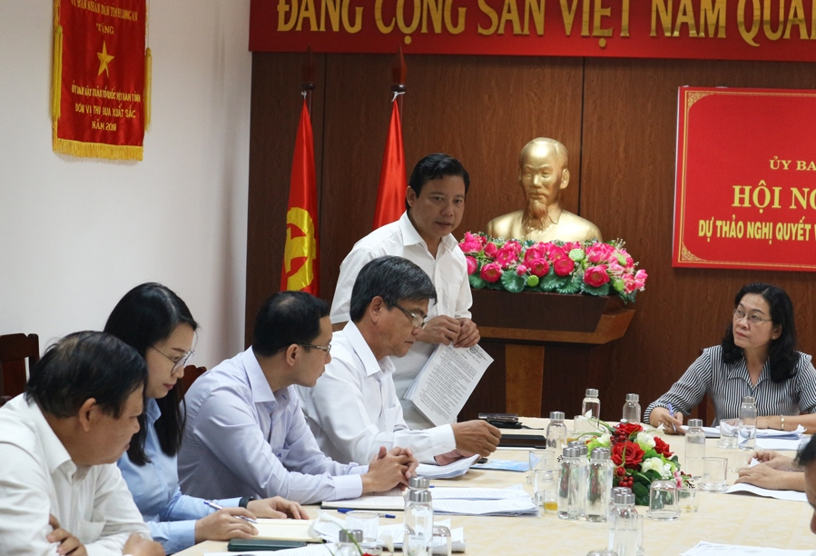 Vice Chairman of the Provincial People's Committee - Pham Tan Hoa (standing) receives and explains some comments from delegates