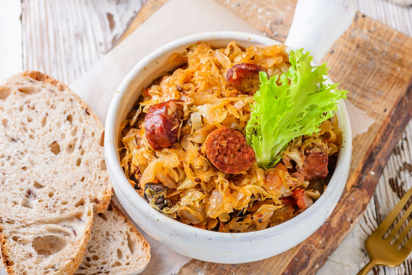 Món ăn Ba Lan Hunter's Stew có nguồn gốc từ bigoski hay bigos nhưng không có bắp cải. Ngày nay, với những người bình dân, bắp cải là thành phần chính trong món ăn. Những người Ba Lan giàu có sẽ thêm thịt và các sản phẩm hun khói khi chế biến. Bigos trải qua chặng đường dài từ