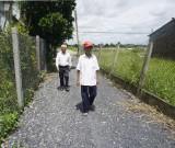 Người cao tuổi tự nguyện hiến đất làm đường