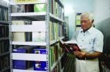 Người lớn tuổi đam mê đọc sách