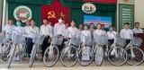 Phó Chủ nhiệm Ủy ban Tư pháp của Quốc hội – Hoàng Văn Liên tặng xe đạp cho học sinh