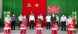 Phó Chủ nhiệm Ủy ban Tư pháp Quốc hội - Hoàng Văn Liên trao quà tết cho gia đình chính sách và hộ nghèo