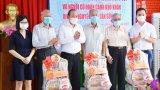 Phó Thủ tướng Thường trực Chính phủ - Trương Hòa Bình tặng quà tết tại huyện Cần Giuộc