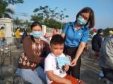 LĐLĐ tỉnh Long An trao hàng ngàn vé xe cho người lao động về quê đón tết