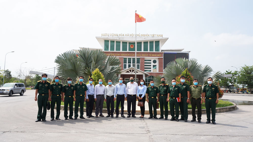 The delegation visits the on-duty force at Border Crossing Station of Binh Hiep International Border Gate