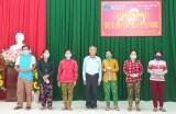 Nguyên Bí thư Tỉnh ủy - Trương Văn Tiếp tặng thẻ bảo hiểm y tế cho người dân vùng biên giới