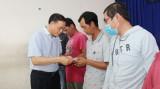 Phó Chủ nhiệm Ủy ban Tư pháp Quốc hội tặng thẻ bảo hiểm y tế tại huyện Thủ Thừa