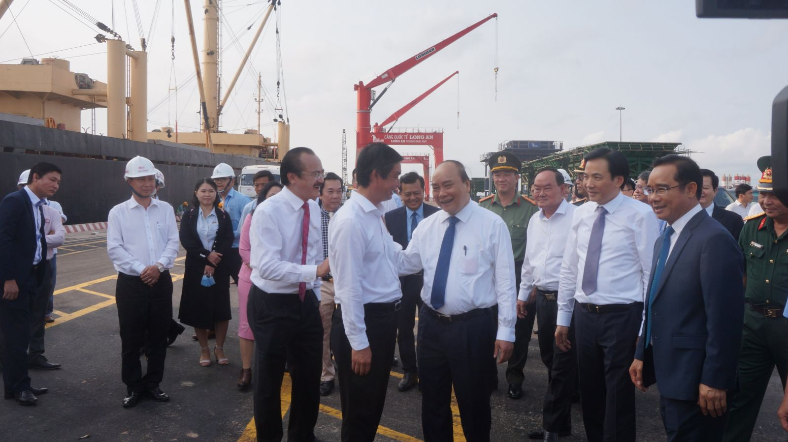 PM talks with investors at Long An international Port