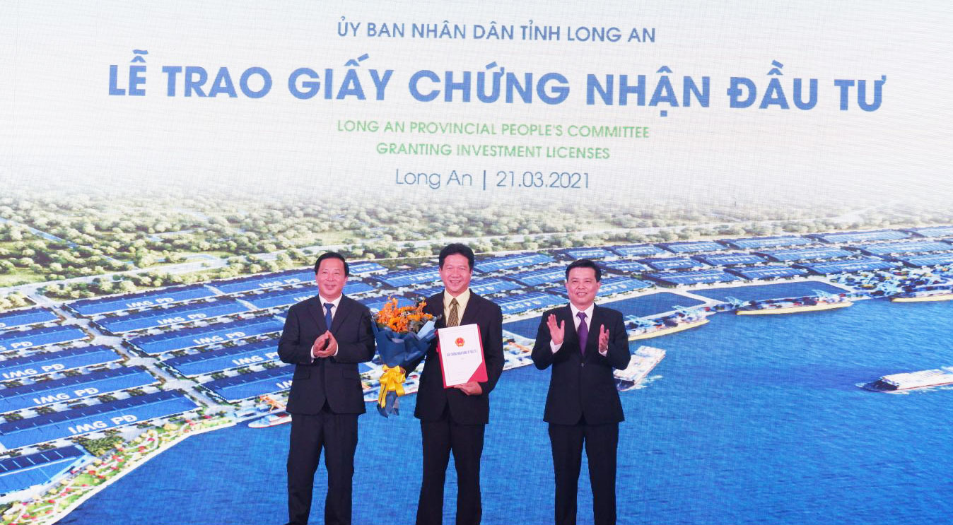 Leaders of Long An province awards investment certificates to investors