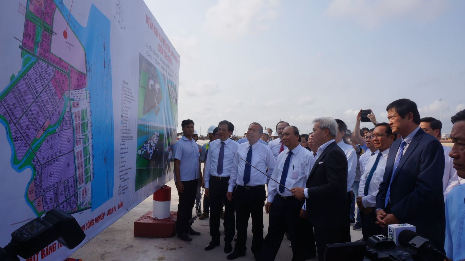Inspecting the Long An thermal power plant project