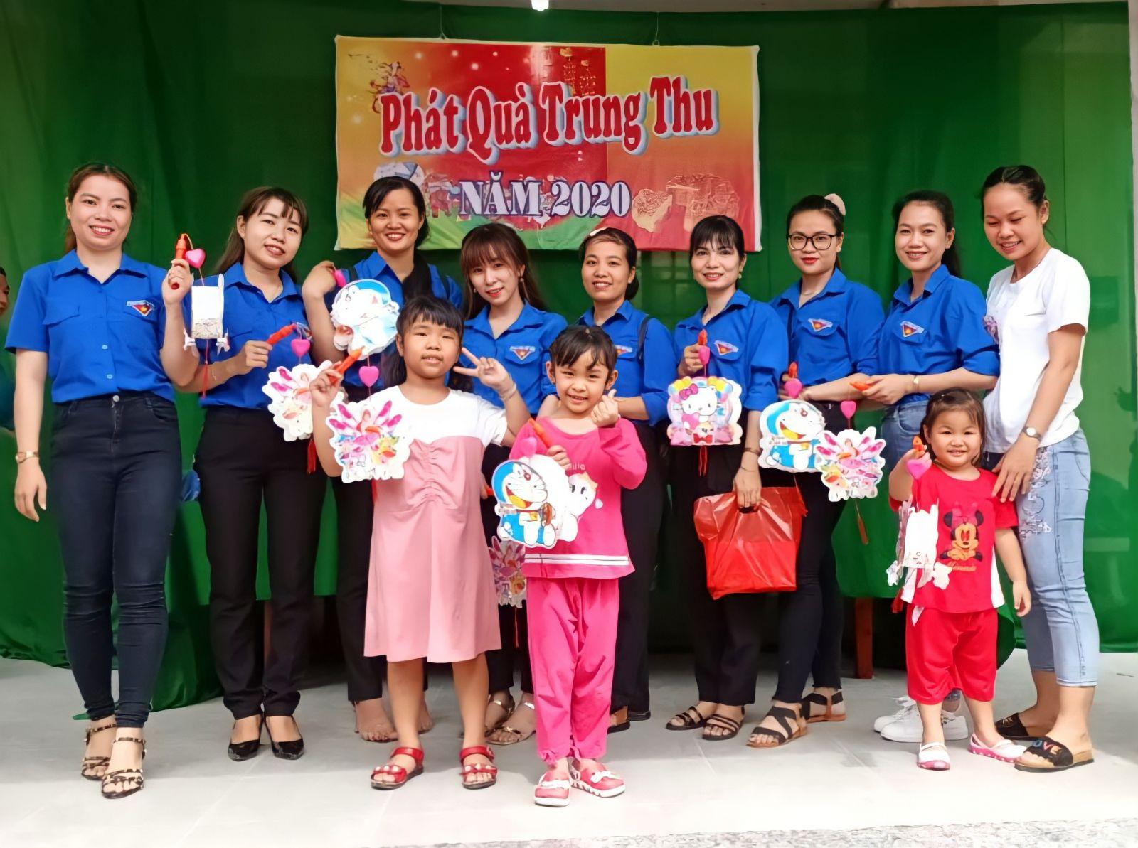 Cô Mai (thứ 4, từ trái qua) là Bí thư Chi đoàn năng động, sáng tạo, Chi đoàn Mẫu giáo Tân Khánh đã đạt danh hiệu Chi đoàn mạnh cấp Trung ương năm 2021