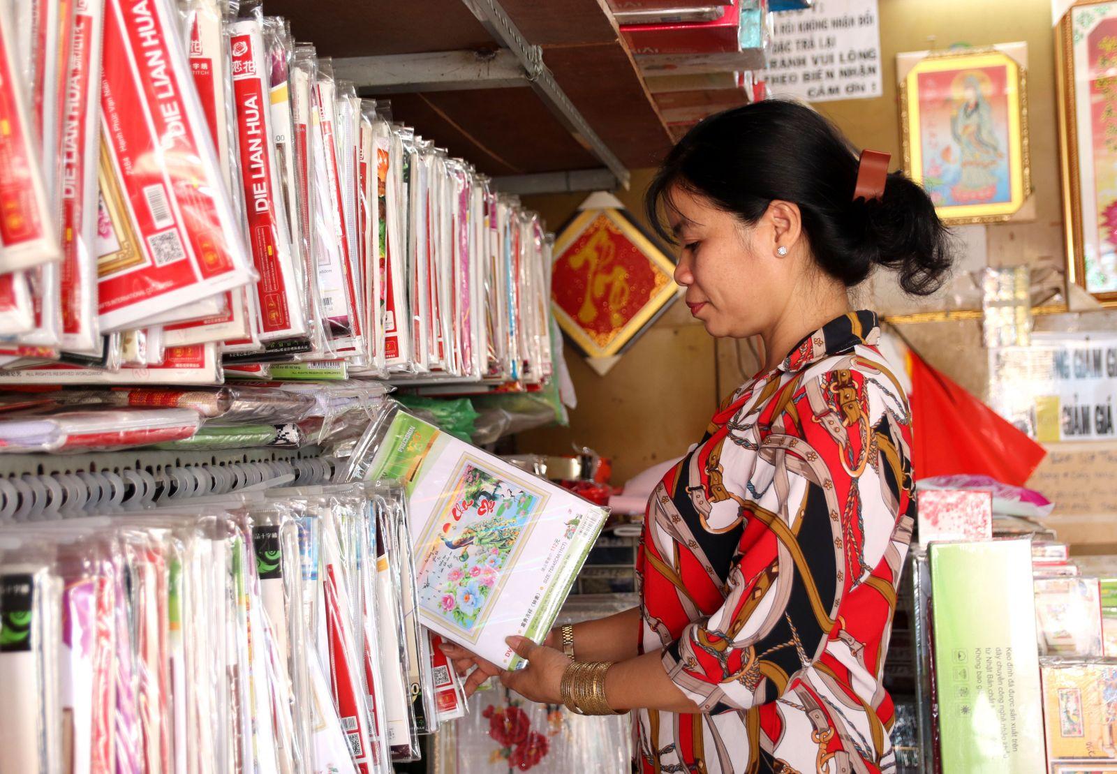 Những bức tranh thêu chữ thập xinh xắn của chị Lê Thị Thùy Dương, ngụ phường 3, TP.Tân An