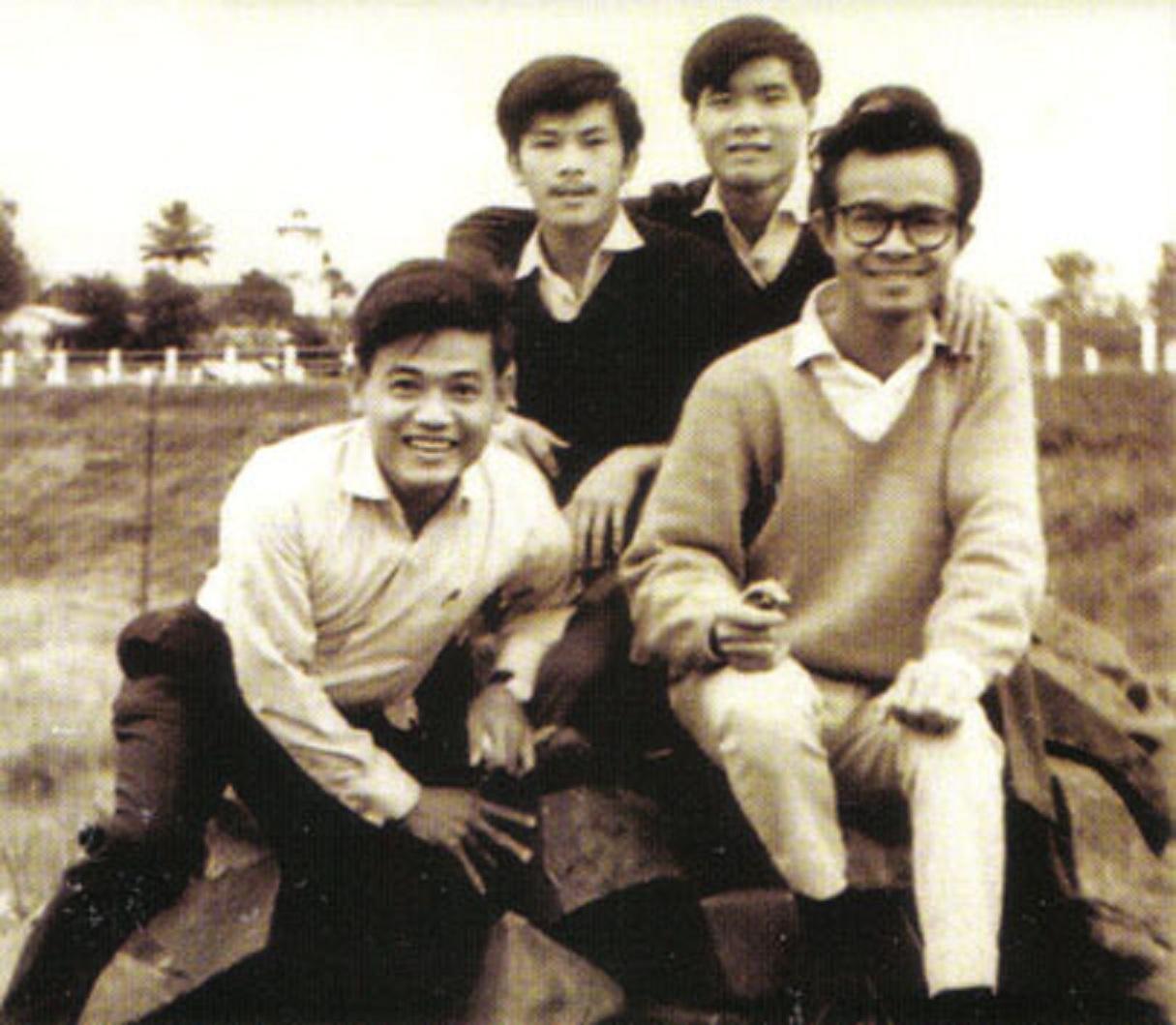 Nhạc sĩ Trịnh Công Sơn (bìa phải) khi mới tốt nghiệp Trường Sư phạm Quy Nhơn vào năm 1964 (Ảnh tư liệu)