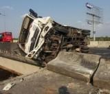 Xe tải chở dưa hấu bị lật trên cao tốc Trung Lương - TP.HCM