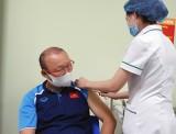 HLV Park Hang Seo và ban huấn luyện được tiêm vaccine Covid-19