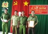 UBND tỉnh Long An thưởng nóng 30 triệu đồng cho tập thể Công an huyện Đức Huệ